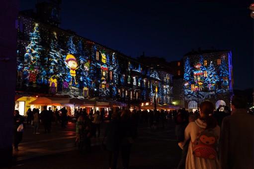 La piazza illuminata per il festival
